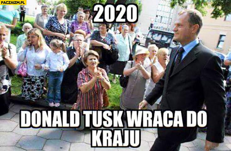 2020 Donald Tusk wraca do kraju ludzie klęczą