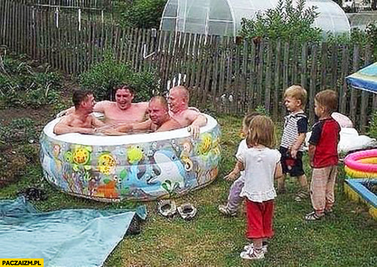 4 chłopa w baseniku dla dzieci