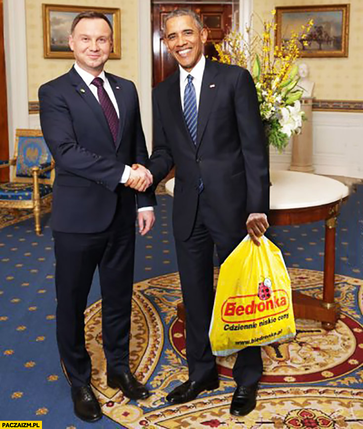 Andrzej Duda Barack Obama z torba reklamówka z Biedronki