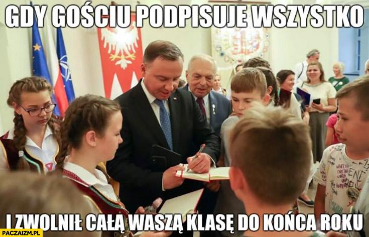 Andrzej Duda gdy gościu podpisuje wszystko i zwolnił cala wasza klasę do końca roku