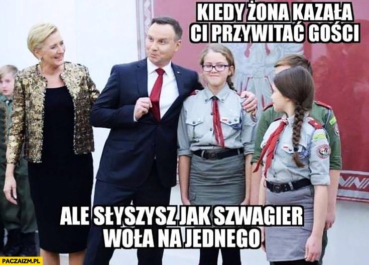 Andrzej Duda kiedy żona kazała Ci przywitać gości ale słyszysz jak szwagier woła na jednego