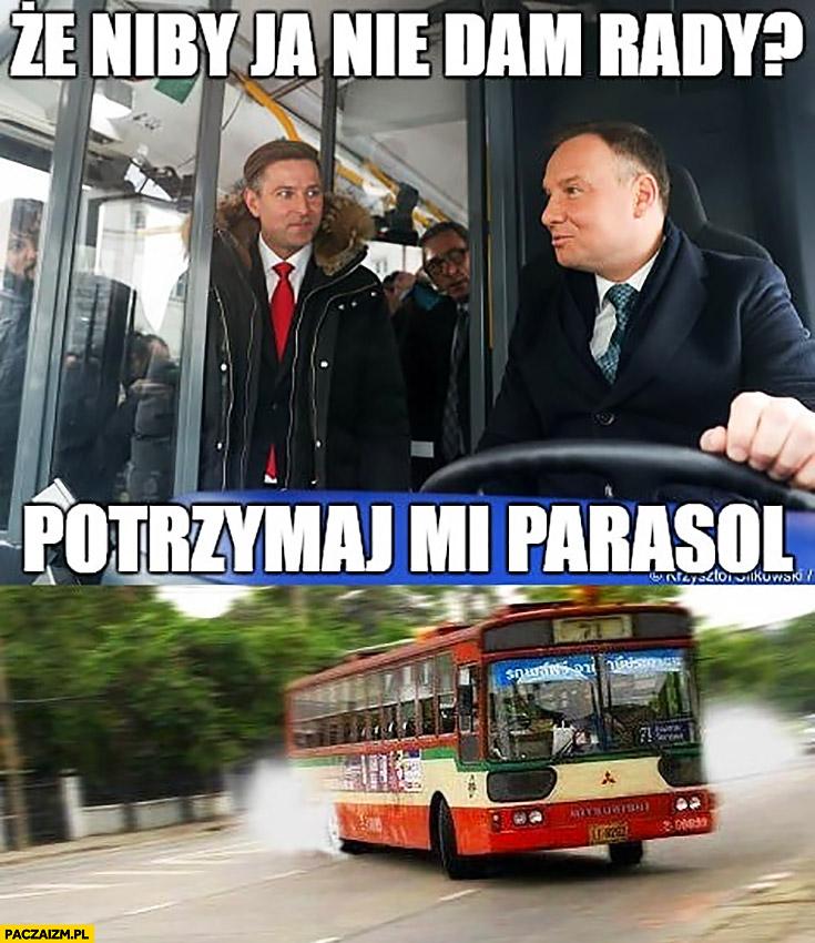 Andrzej Duda kierowca autobusu że niby ja nie dam rady? Potrzymaj mi parasol driftuje autobusem