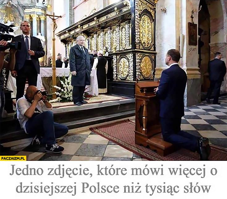 Andrzej Duda klęka przed Jarosławem Kaczyńskim. Jedno zdjęcie które mówi więcej o dzisiejszej Polsce niż tysiąc słów