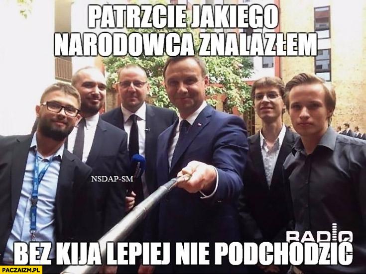 Andrzej Duda patrzcie jakiego narodowca znalazłem bez kija lepiej nie podchodzić selfie stick