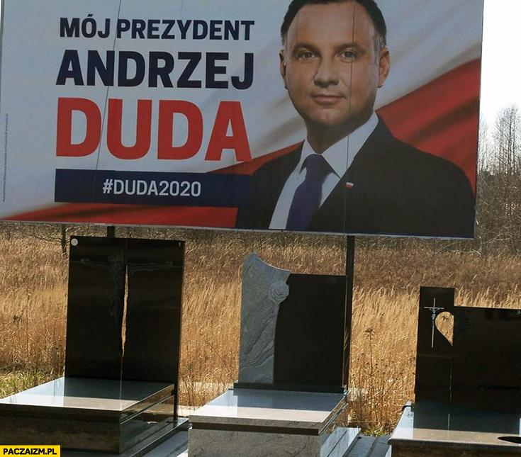 Andrzej Duda plakat billboard wyborczy przy nagrobkach koronawirus