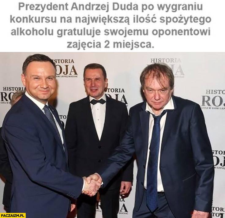 Andrzej Duda po wygraniu konkursu na największa ilość spożytego alkoholu gratuluje swojemu oponentowi zajęcia drugiego miejsca