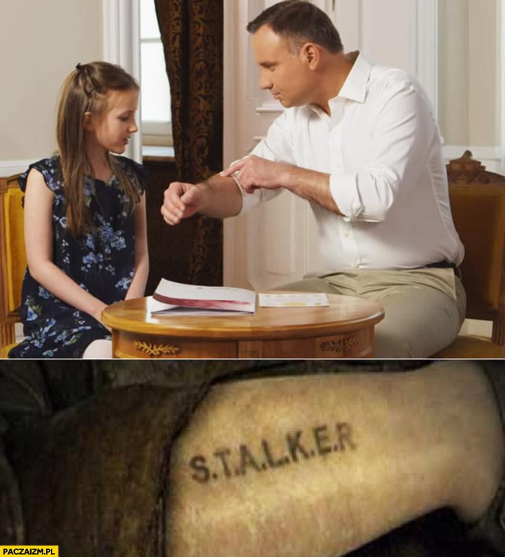 Andrzej Duda pokazuje dziewczynce rękę napis tatuaż Stalker