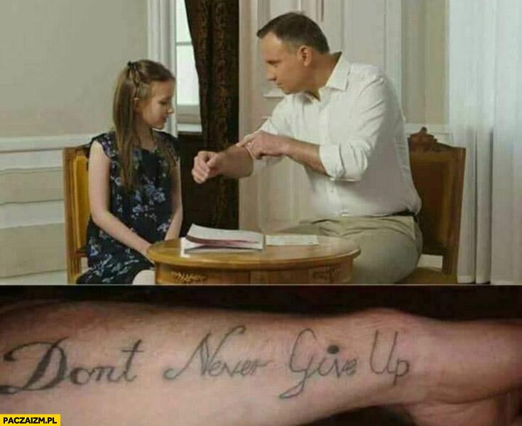 Andrzej Duda pokazuje tatuaż dziewczynce don't never give up