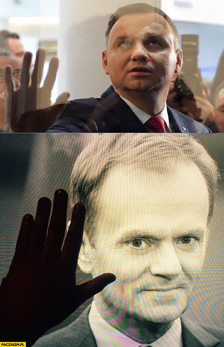 Andrzej Duda ręka dotyka twarzy Donald Tusk