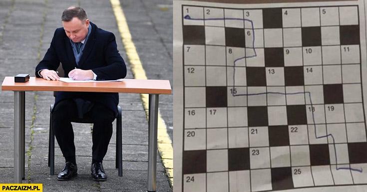Andrzej Duda rozwiązuje krzyżówkę labirynt na dworcu na peronie