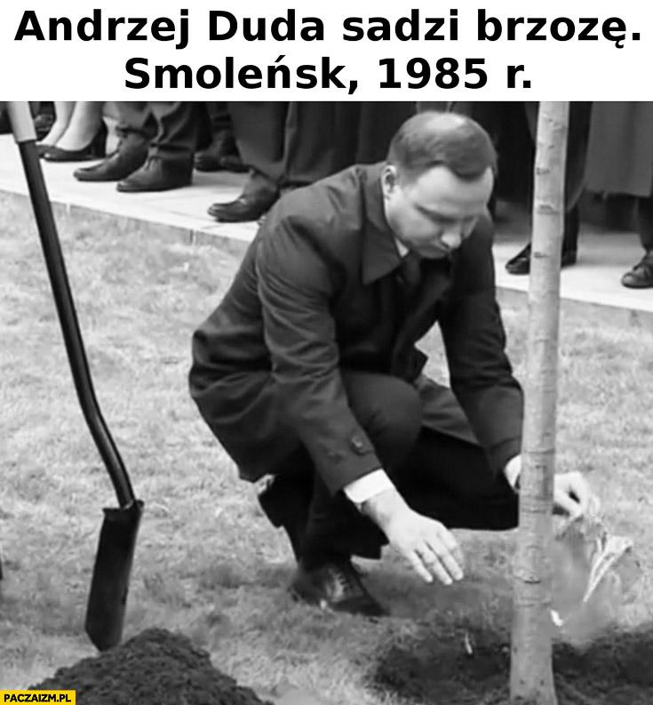 Andrzej Duda sadzi brzozę, Smoleńsk 1985