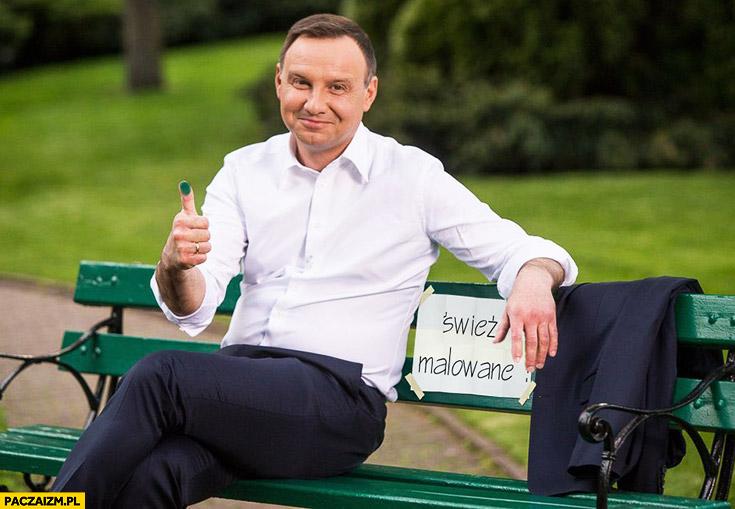 Andrzej Duda siedzi na ławce świeżo malowane fail przeróbka