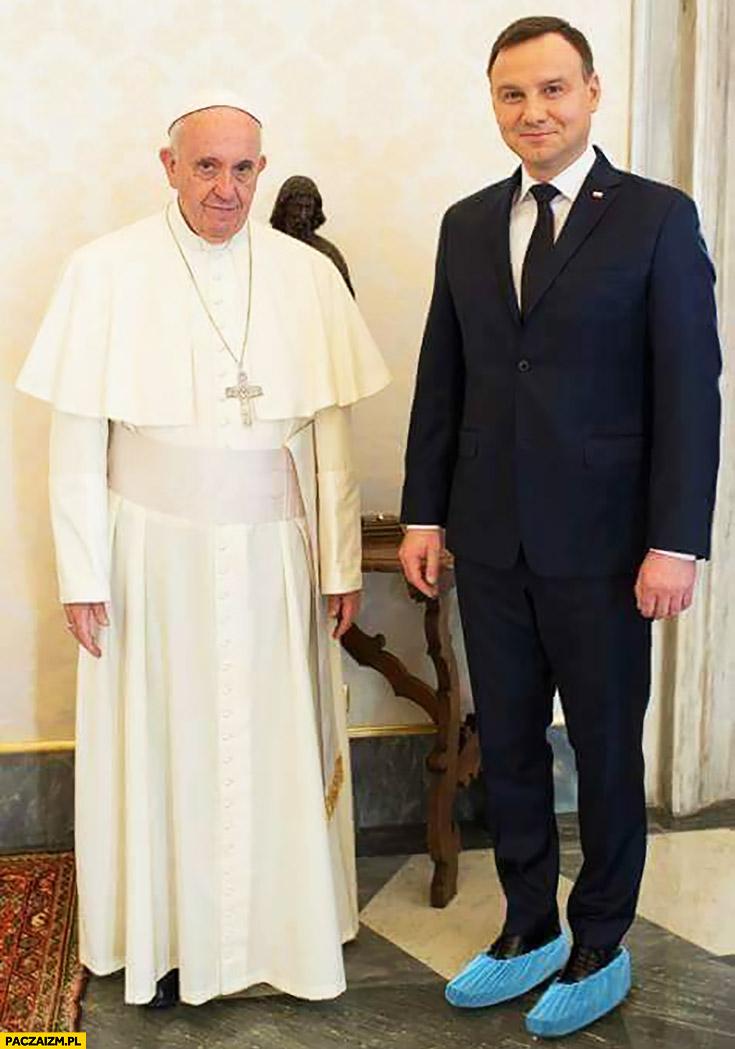 Andrzej Duda u Papieża Franciszka w obuwiu ochronnym folia torebki na butach