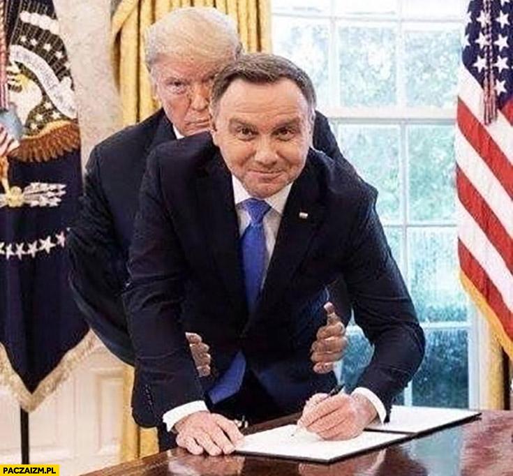 Andrzej Duda u Trumpa ten bierze go od tyłu