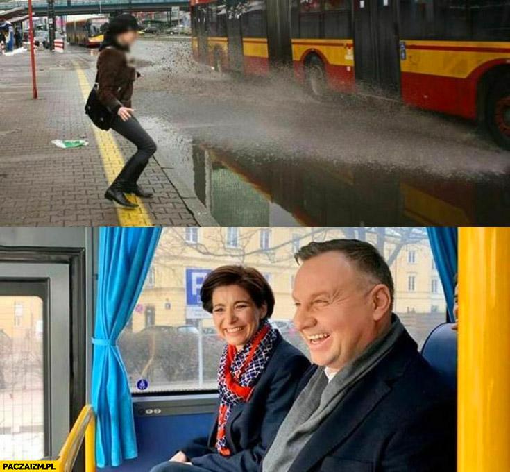 Andrzej Duda w autobusie ochlapuje przechodniów śmieje się
