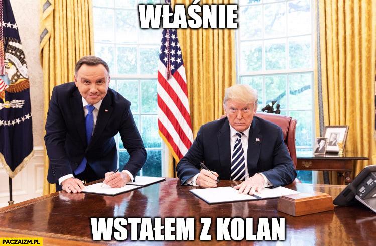 Andrzej Duda właśnie wstałem z kolan na stojąco u Trumpa w Białym Domu