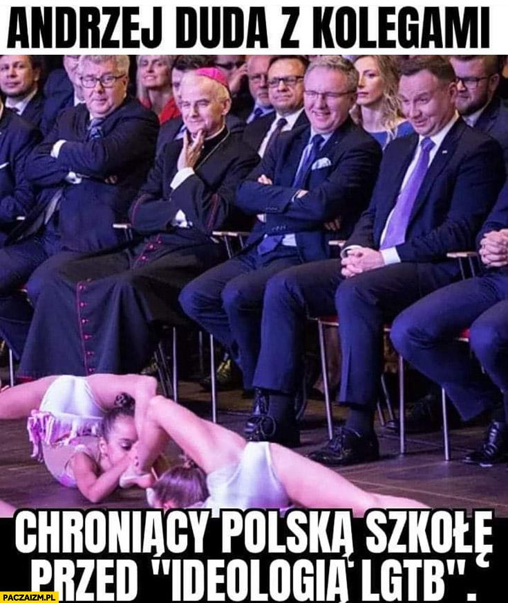 Andrzej Duda z kolegami chroniący Polską szkołę przed ideologią LGBT oglądają małe dziewczynki