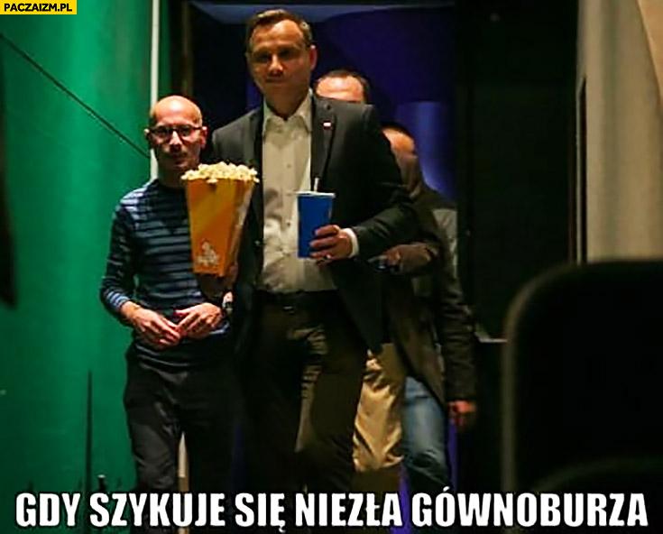 Andrzej Duda z popcornem Colą gdy szykuje się niezła gównoburza