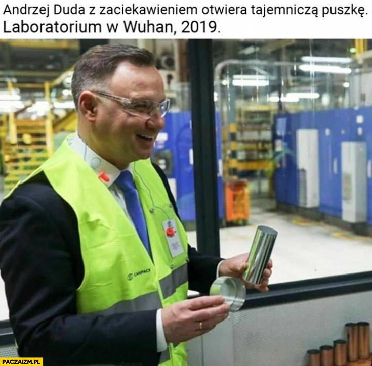 Andrzej Duda z zaciekawieniem otwiera tajemniczą puszkę, laboratorium w Wuhan 2019 korona wirus - Paczaizm.pl