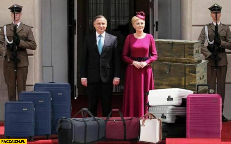 Andrzej Duda z żoną walizki już spakowane przed pałacem prezydenckim