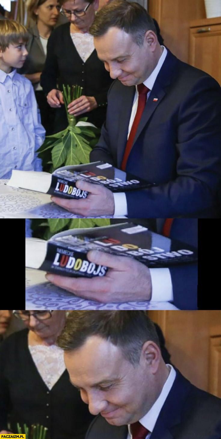 Andrzej Duda zadowolony szczęśliwy czyta książkę ludobójstwo