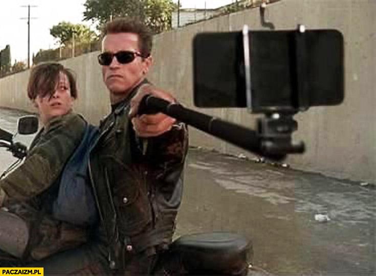 Arnold Schwarzenegger selfie z selfie sticka