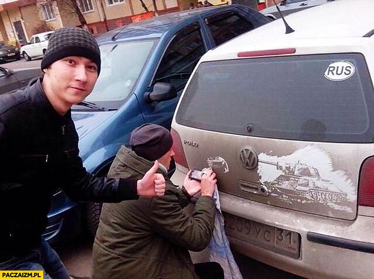 Artysta uliczny podczas pracy malowanie na brudnych autach