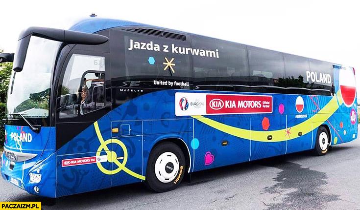 Autobus reprezentacji jazda z kurnami