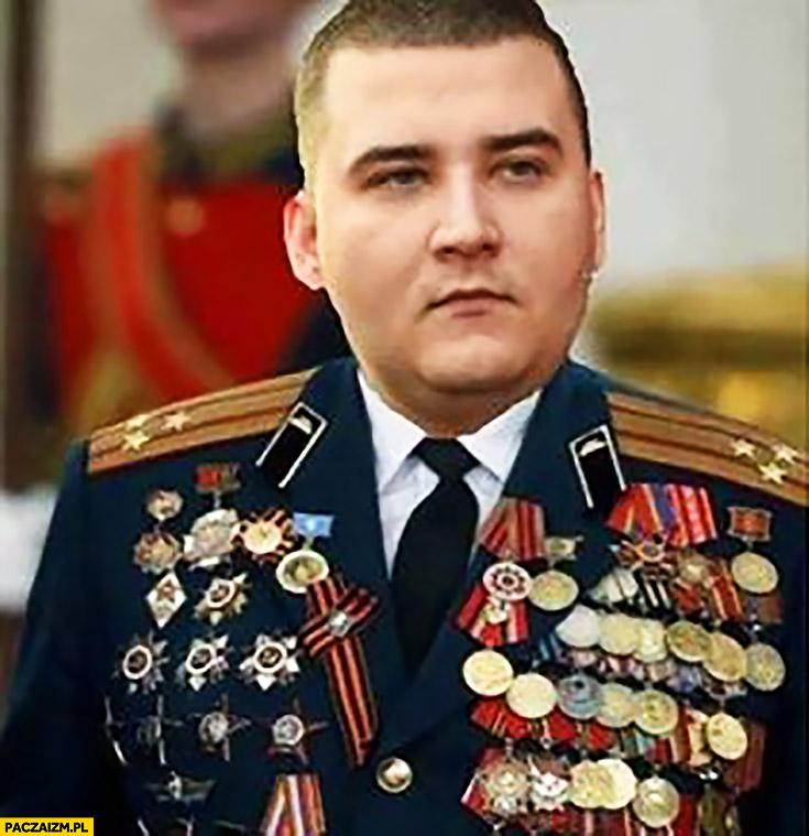 Bartłomiej Misiewicz cały w medalach odznaczeniach