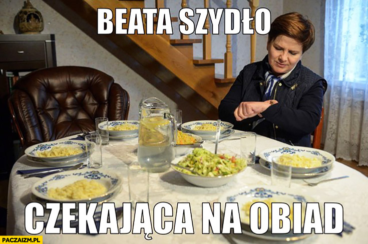 Beata Szydło czekająca na obiad patrzy na zegarek