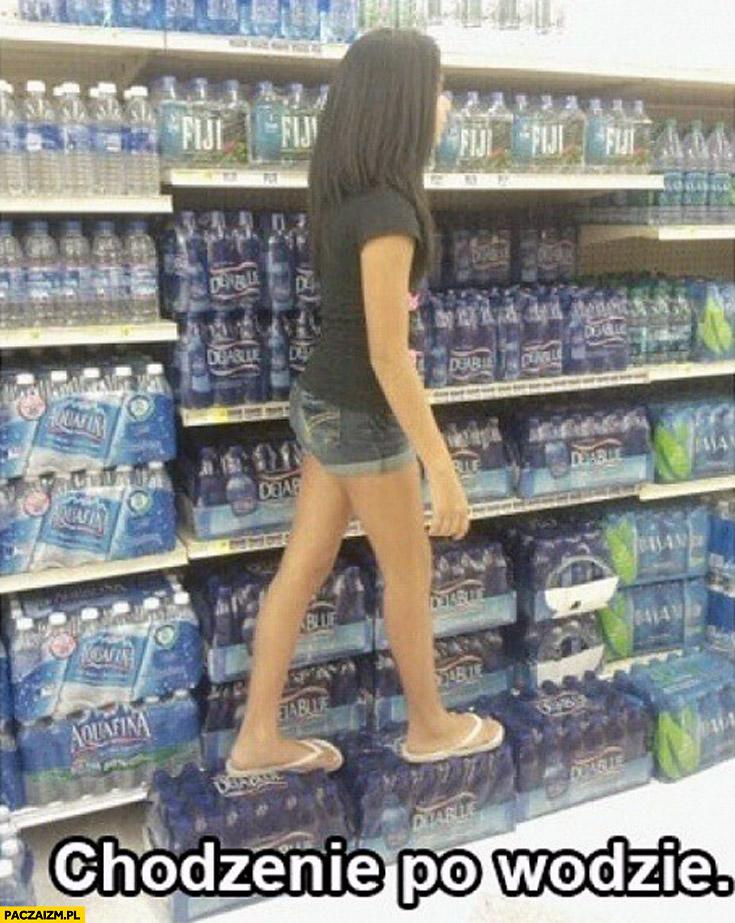 Chodzenie po wodzie butelki z wodą zgrzewki