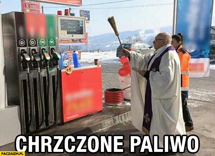 Chrzczone paliwo ksiądz chrzci stacje benzynowa dystrybutor benzyny