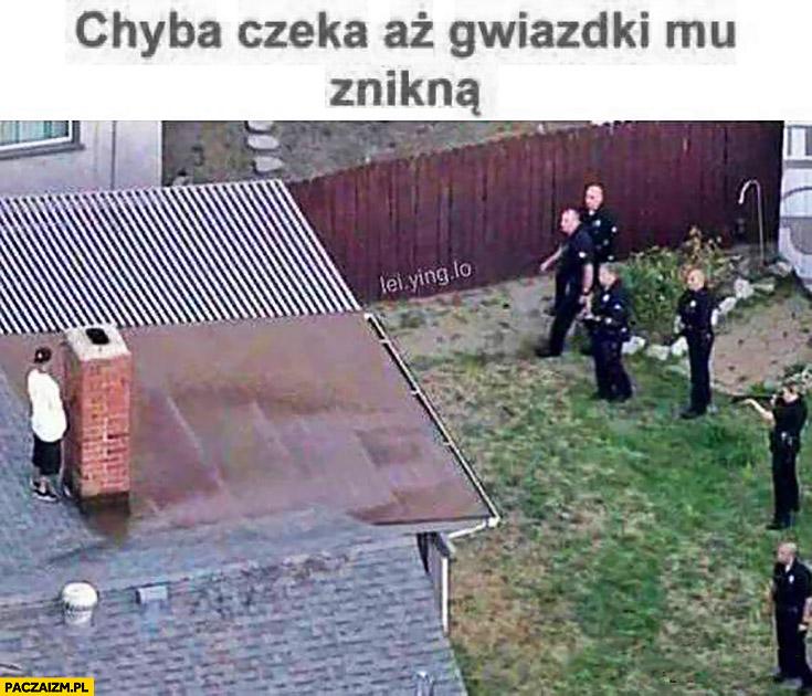 Chyba czeka aż gwiazdki mu znikną dzieciak na dachu za kominem policjanci GTA Grand Theft Auto