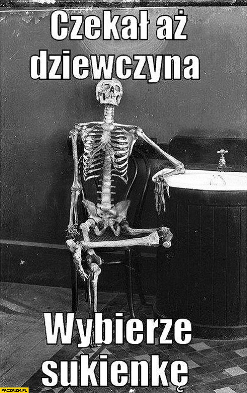 Czekał aż dziewczyna wybierze sukienkę kościotrup szkielet