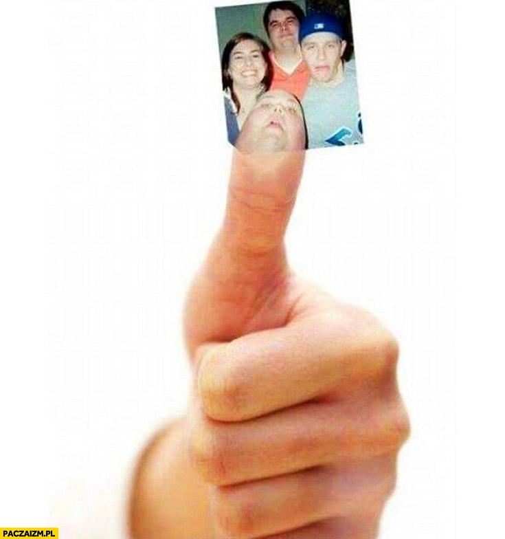 Człowiek kciuk zdjęcie ze znajomymi