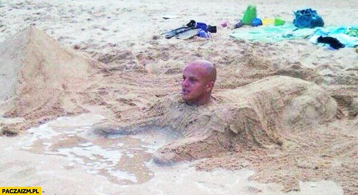 Człowiek-Sfinks na plaży
