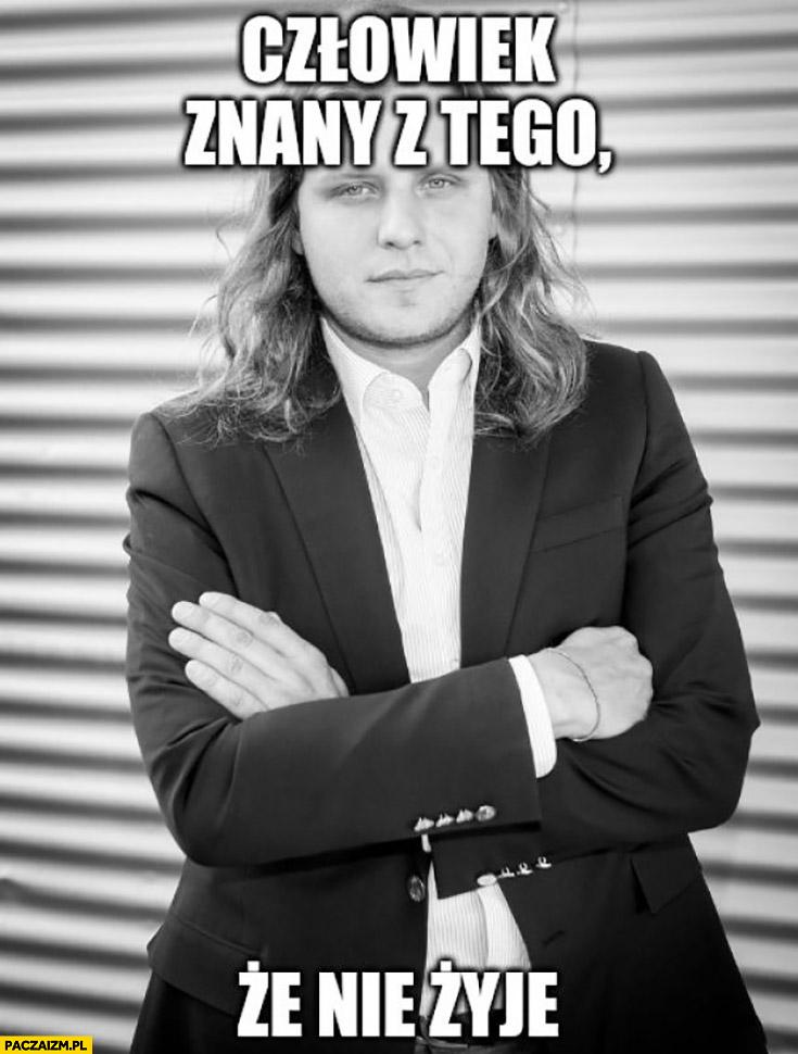Człowiek znany z tego, że nie żyje Piotr Woźniak-Starak