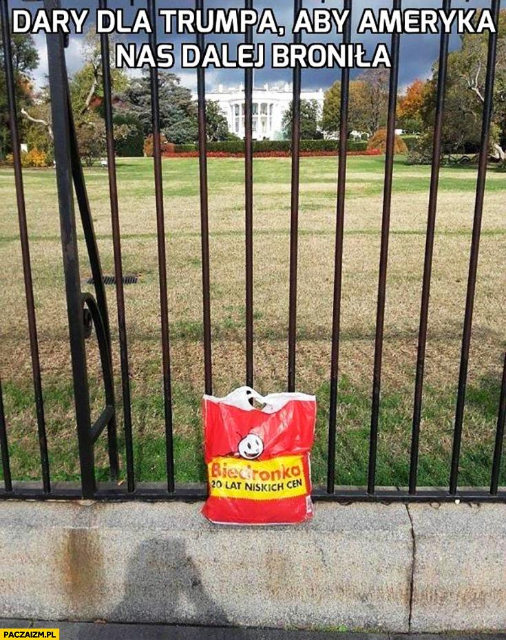 Dary dla Trumpa aby Ameryka nas dalej broniła reklamówka z Biedronki