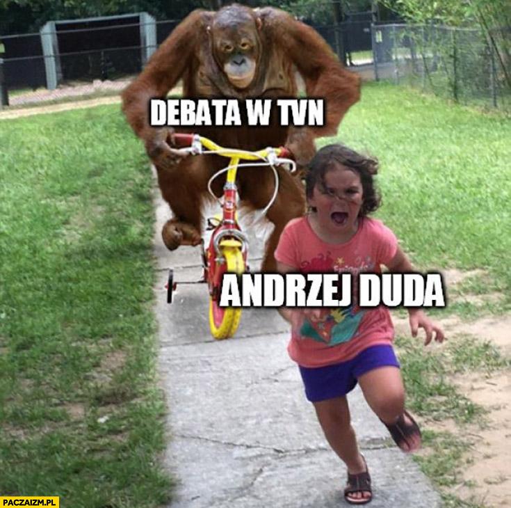 Debata w TVN Andrzej Duda ucieka przed małpą szympansem na rowerze