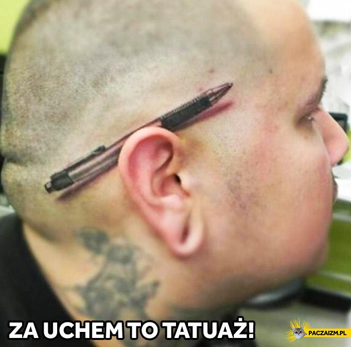 Długopis za uchem tatuaż