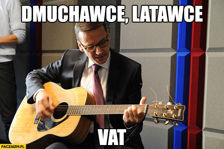 Dmuchawce, latawce, VAT. Morawiecki gra na gitarze z gitara