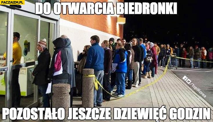 Do otwarcia Biedronki pozostało jeszcze dziewięć godzin kolejka przed sklepem zakaz handlu w niedziele