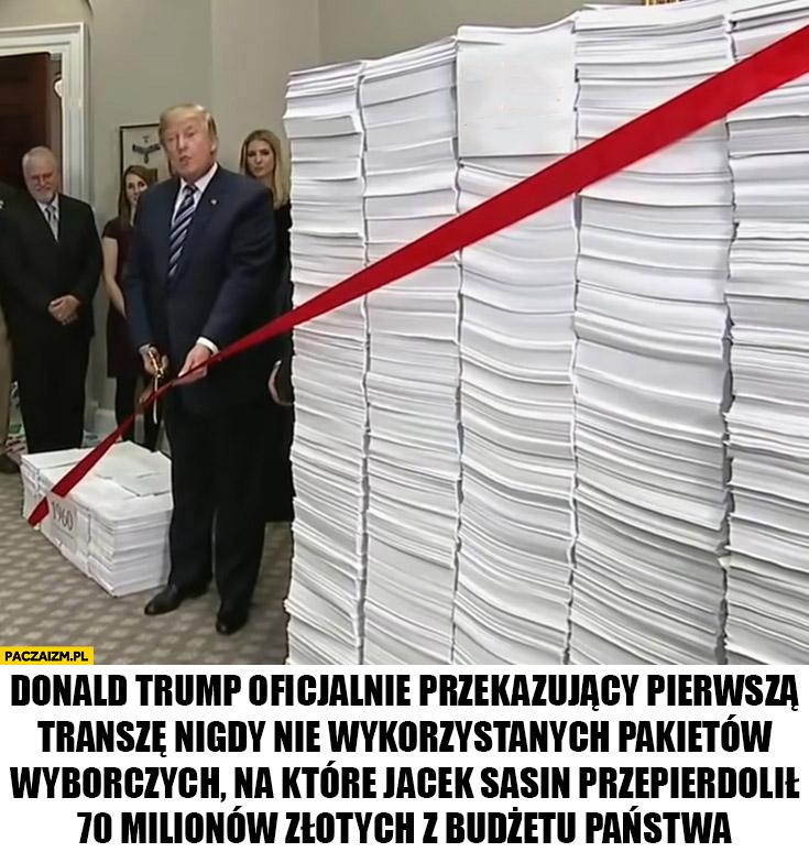 Donald Trump oficjalnie przekazujący nigdy nie wykorzystane pakiety wyborcze na które Jacek Sasin przepierdolił 70 milionów złotych