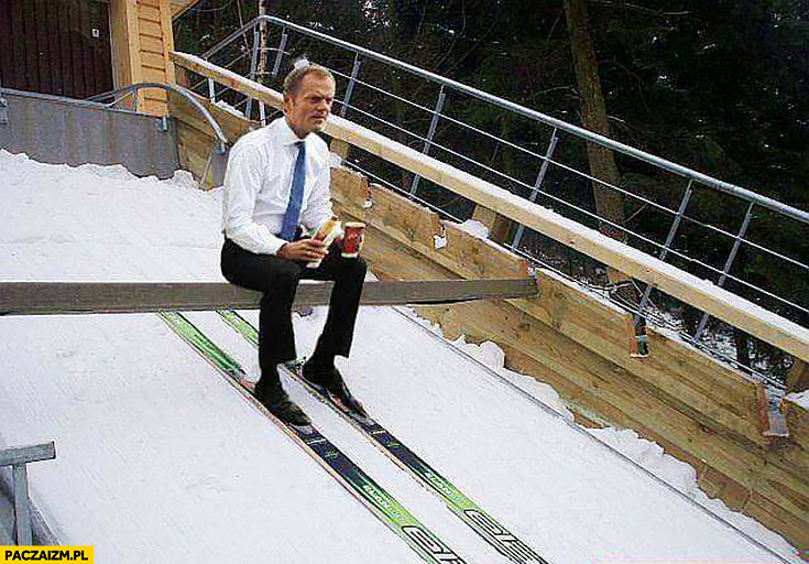 Donald Tusk na rozbiegu skoczni narciarskiej z kawa i hotdogiem z Orlenu przeróbka