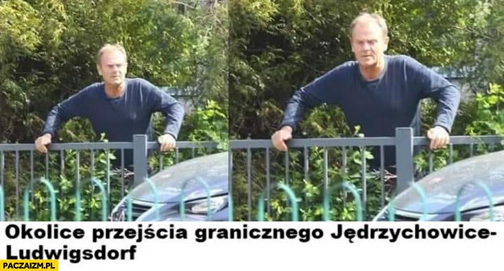 Donald Tusk okolice przejścia granicznego nielegalnie przechodzi przez płot
