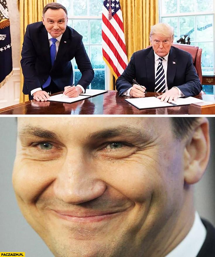 Duda podpisuje na stojąco u Trumpa Radek Sikorski zadowolony szczęśliwy