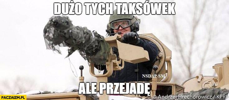 Dużo tych taksówek ale przejadą Andrzej Duda z działem karabinem