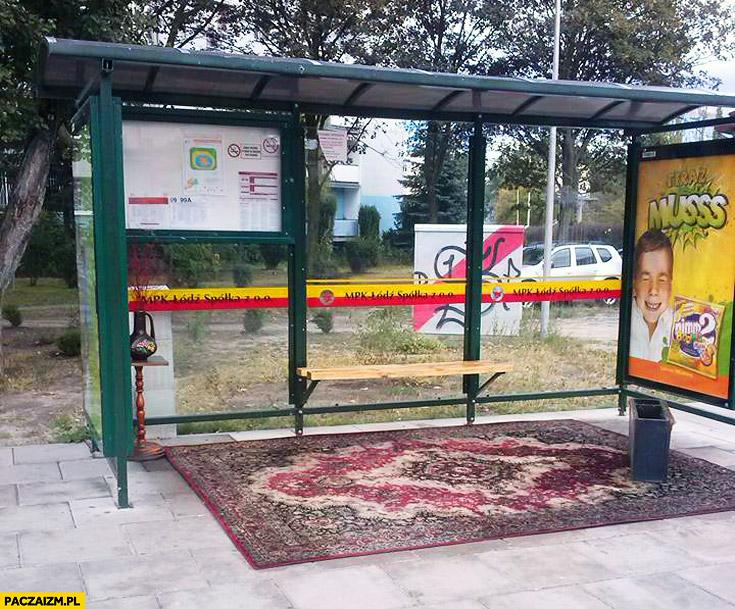 Dywan na przystanku autobusowum MPK Łódź