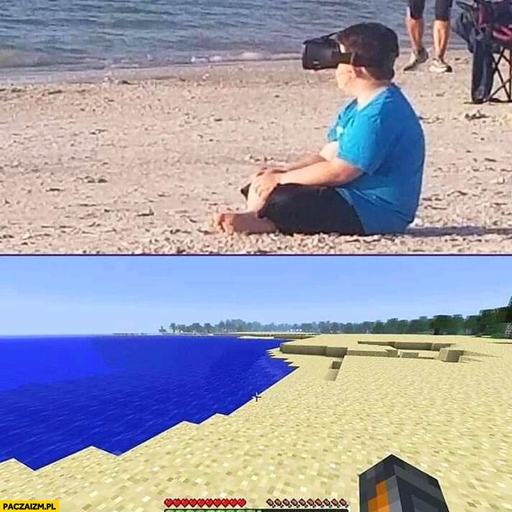 Dzieciak siedzi na plaży w okularach VR ogląda plażę w Minecrafcie