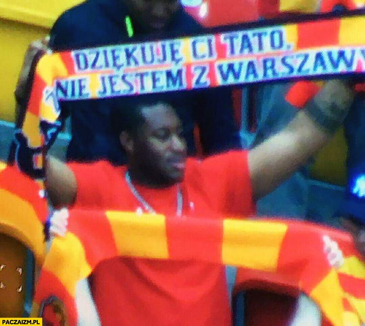 Dziękuję Ci tato, że nie jestem z Warszawy. Murzyn trzyma szalik na meczu